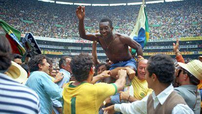 O apogeu: Pelé é carregado nos ombros após conquistar a Copa do Mundo de 1970, no México.