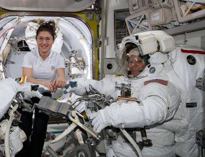 As astronautas Christina Koch (esquerda) e Anne McClain, em 22 de março, na Estação Espacial Internacional.