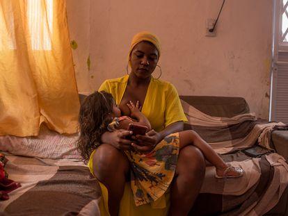 Carlla Bianca Souza, de 21 anos, amamenta sua filha Ísis, 3, em sua casa em São Luis (Maranhão).