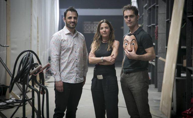 Diego Ávalos, diretor de conteúdo original da Netflix na Europa, Cristina López, produtora, e o ator Pedro Alonso, no set de 'La Casa de Papel'.