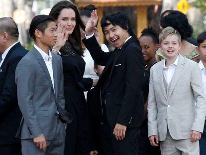 Jolie e seus filhos, neste fim de semana em Phnom Penh, capital do Camboja.