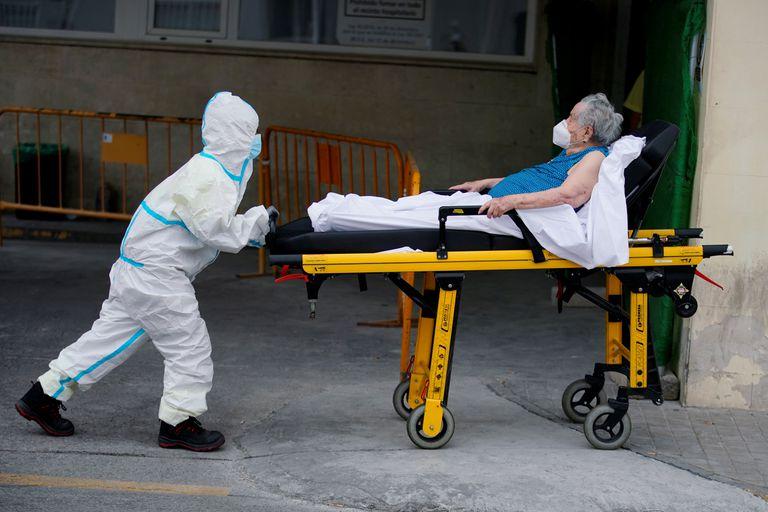 Idosa é encaminhada para hospital em Madri. Número de internações por covid-19 na Espanha quadruplicou em um mês.