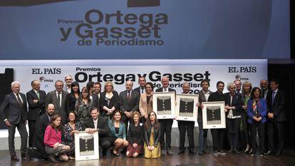 Os ganhadores dos Prêmios Ortega y Gasset posam com os membros do júri e com alguns diretores do Grupo Prisa.