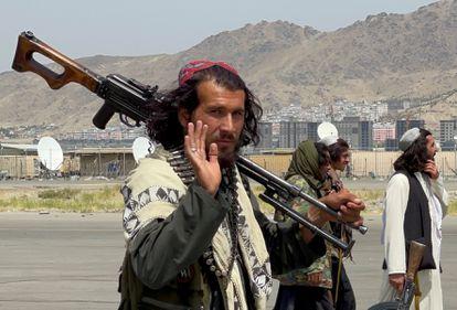 Talibãs patrulham Cabul nesta terça-feira, depois que as tropas dos Estados Unidos concluíram sua retirada do Afeganistão após 20 anos.