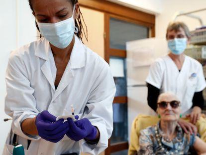 Enfermeiras preparam as vacinas para sua aplicação em Montpellier (França).