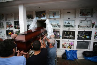 Enterro de Paulo Carletti, de 76 anos, em Porto Alegre. Ele morreu de complicações da covid-19. Rio Grande do Sul tem sobrecarga nas redes pública e privada.