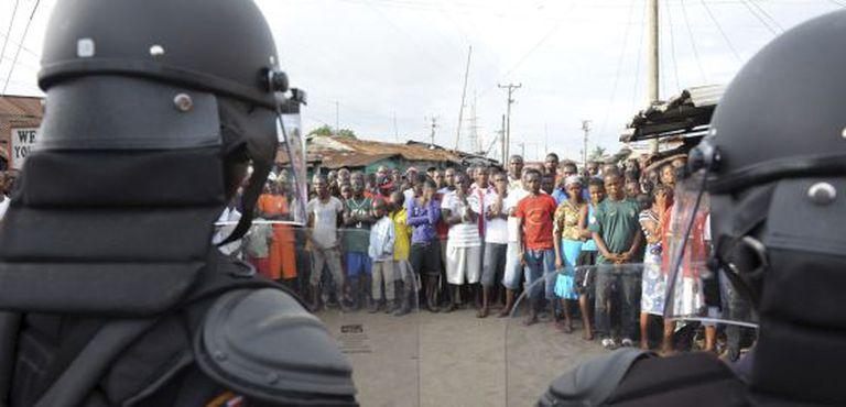 Policiais tentam manter o controle dos manifestantes em Monróvia.