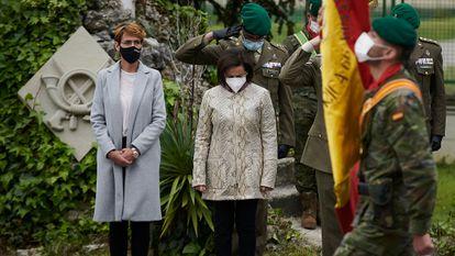 A chefa do Governo de Navarra, María Chivite, à esquerda, e a ministra da Defesa, Margarita Robles, durante a homenagem ao cabo que morreu dias depois de ser vacinado com a AstraZeneca.