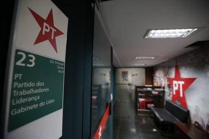 Recepção e fachada da Liderança do PT na Câmara, em Brasília, nesta quinta-feira (19), onde trabalham os funcionários que ganharam o prêmio da Mega Sena.