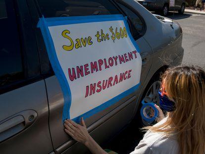 Mulher pede ampliação do seguro-desemprego, durante protesto em Las Vegas (EUA), em agosto de 2020.