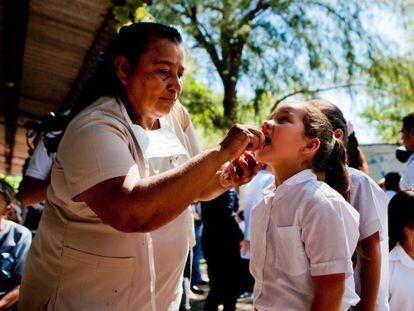 Teste em estudantes para encontrar o vírus chikungunya.