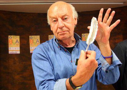 O escritor uruguaio com a 'Pluma de la Crítica', prêmio que recebeu em Bilbao, na Espanha, em 2012.