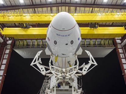 A cápsula 'Dragon Crew' sobre o foguete 'Falcon 9', da Space X, na rampa de lançamento no Centro Espacial Kennedy, na Flórida.