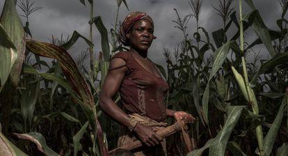 Delinda, de 25 anos, trabalha nas terras de sua família em Lichinga.