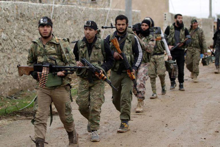 Soldados rebeldes sírios a caminho de Al Bab