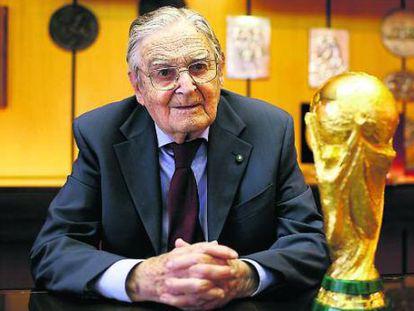 Silvio Gazzaniga posa com o troféu da Copa do Mundo.