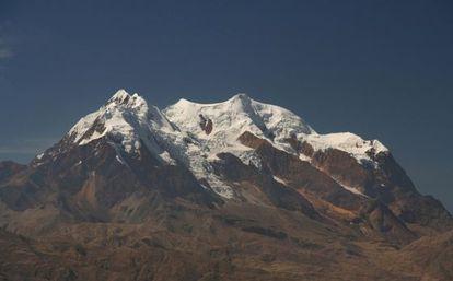 O gelo foi extraído do Nevado Illimani, uma geleira situada a 6438 metros de altura, que domina o altiplano boliviano.