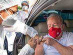 O ex-presidente Luiz Inácio Lula da Silva é vacinado contra a covid-19 em São Bernardo do Campo na manhã deste sábado.