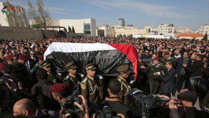 Agentes palestinos levam o caixão de Abu Ein.