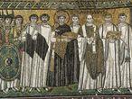 Mosaico del siglo VI del emperador Justiniano y su corte, en la Basílica de San Vital en Rávena