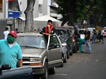 Motoristas fazem fila para abastecer em Caracas.