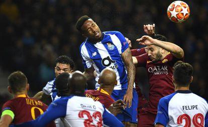 Militão sobe para cabecear em jogo da Champions contra a Roma.;