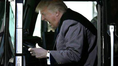O presidente Donald Trump sentado ao volante de um caminhão, em encontro com os representantes do transporte.