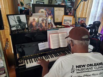 O músico Al 'Carnival Time' Johnson, de 81 anos, tocando piano em sua casa, na Vila dos Músicos, em Nova Orleans.