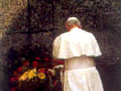 O papa João Paulo II reza em Auschwitz (Polônia).