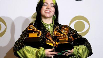 A cantora Billie Eilish posa com seus quatro prêmios do Grammy 2020.