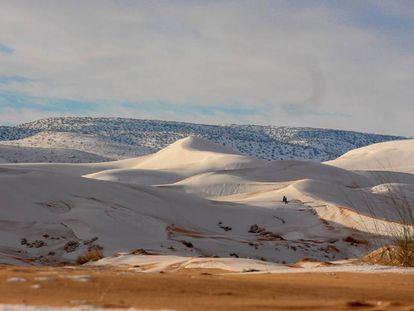 Dunas nevadas em Aïn Séfra, Argélia.
