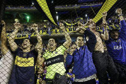 Torcedores do Boca Juniores gritam após a suspensão da partida na Bombonera.