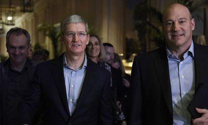 Tim Cook, executivo-chefe da Apple, com Gary Cohn (à direita), presidente e diretor de operações do Goldman Sachs, durante a conferência em San Francisco.