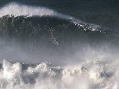 O momento em que um brasileiro bate o recorde da maior onda já surfada