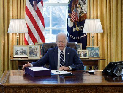 O presidente Joe Biden nesta quinta-feira no Salão Oval da Casa Branca, preparando-se para assinar o projeto de lei do plano de estímulo de 1,9 trilhão de dólares contra a covid-19.