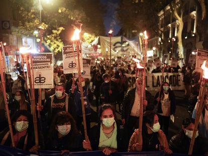 Profissionais de saúde marcham com tochas em Buenos Aires exigindo melhores condições de trabalho, no dia 12 de maio de 2021.