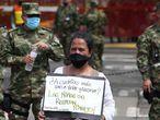 AME9203. CALI (COLOMBIA), 27/06/2020.- Indígenas Embera-katio realizan un plantón en rechazo a la brutal violación de una niña de 12 años frente a las instalaciones del Canton Militar Pichincha, este sábado, en Cali (Colombia). Un grupo de indígenas realizó un plantón para rechazar la brutal violación de una niña de 12 años del pueblo embera-chamí por parte de siete soldados colombianos, que ya fueron enviados a la cárcel. EFE/ Pablo Rodríguez