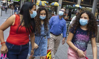 Pessoas passeiam pela Times Saquare, em Nova York, no último dia 27.