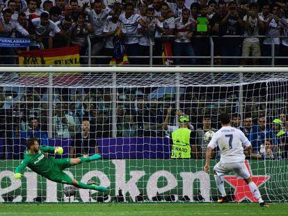 Cristiano Ronaldo cobra o pênalti que dá o 11.º título ao Real Madrid.