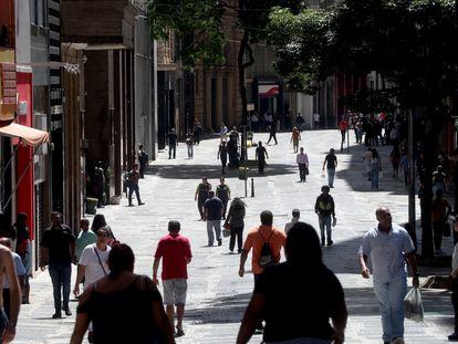 Várias pessoas caminham pelo centro de São Paulo na segunda-feira, 6 de abril.
