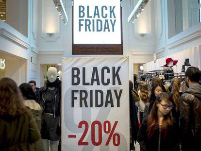 Pessoas fazem compra em Valência durante a Black Friday.