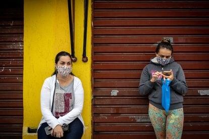Ana Claudia e Paula esperam notícias dos maridos, que lutam contra a covid-19 em São Paulo. Há semanas elas vêm todos os dias à porta do Hospital Municipal Tide Setúbal, na zona leste, para ouvir o boletim dos pacientes, que não é passado por telefone.
