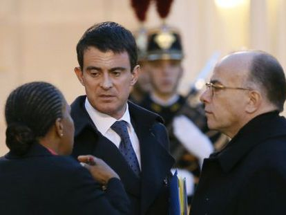 Premiê francês, Manuel Valls, conversa com ministros.