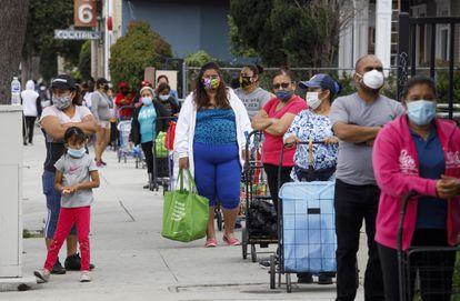 Filas para receber comida em Santa Ana (Califórnia).