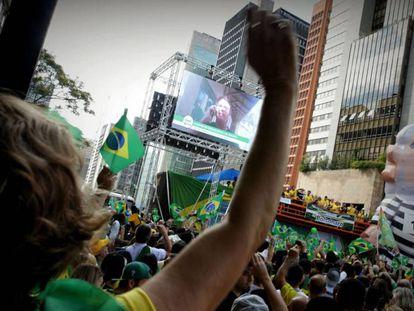 Apoiadores ouvem Bolsonaro falar em vídeo na av. Paulista.
