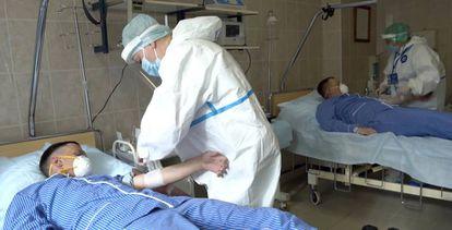 Trabalhadores fazem exame de sangue em pacientes em hospital militar da Rússia.