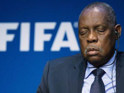 Issa Hayatou, presidente interino da FIFA, durante a apresentação das reformas.