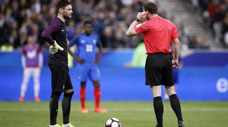 Felix Zwayer se comunica com os assistentes de vídeo no França x Espanha.