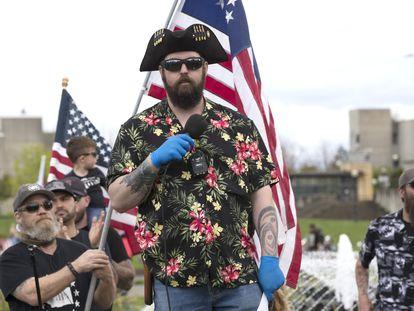 """Matt Marshall, do grupo conservador Washington State Three Percent (3%), discursa em um comício para protestar contra o confinamento, em abril. O Facebook proibiu uma rede violenta de movimentos antigovernamentais filiados vagamente ao movimento """"Boogaloo"""". As camisas havaianas são um de seus símbolos"""