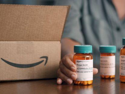 Frascos de remédios com o logotipo da Amazon.